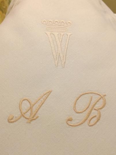 Iniciales bordadas en lencería del Hotel Wellington